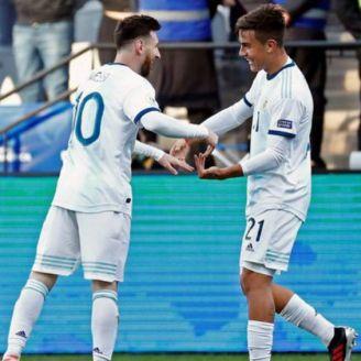 Messi y Dybala festejan gol contra Chile