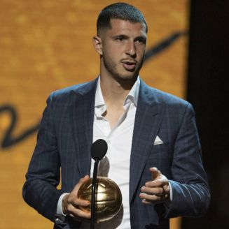 Guido Rodríguez recibe el premio a Jugador del Año