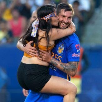 Espontánea corre a los brazos de Gignac en Campeón de Campeones