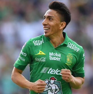 Ángel Mena, durante un juego con León