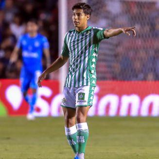 Diego Lainez durante un partido con el Real Betis