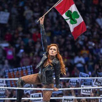 Becky Lynch arenga al público en Canadá