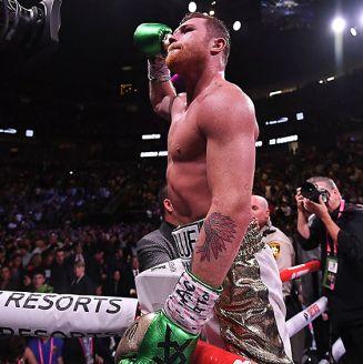 Canelo Álvarez celebra victoria contra Jacobs