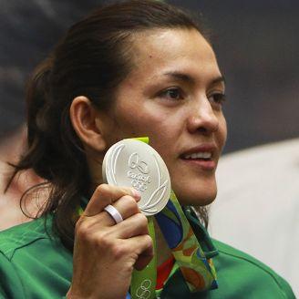 Espinoza presume su medalla de Plata en Río 2016