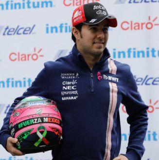 Sergio Pérez luce el casco que utilizará en el GP de México