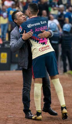 Edson Álvarez abrazando a su exdirector técnico Ignacio Ambriz