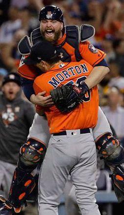 El emotivo festejo entre Brian McCann el pitcher Charlie Morton