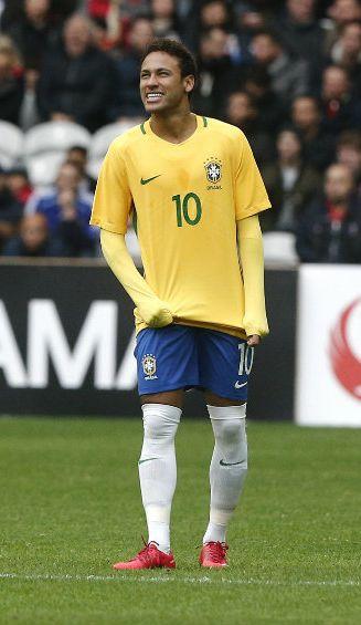 Neymar disputa un juego con la Selección de Brasil
