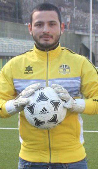 Eduardo Escalante posa con un balón