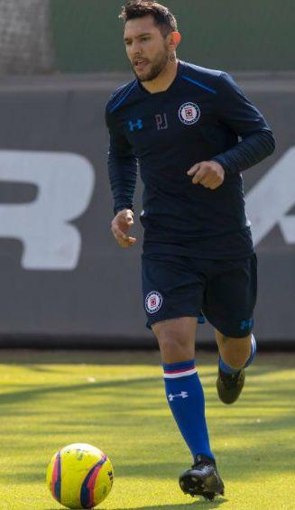 Montoya conduce el balón durante un entrenamiento con Cruz Azul