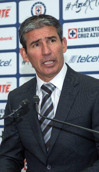 Eduardo de la Torre durante una conferencia de prensa de Cruz Azul