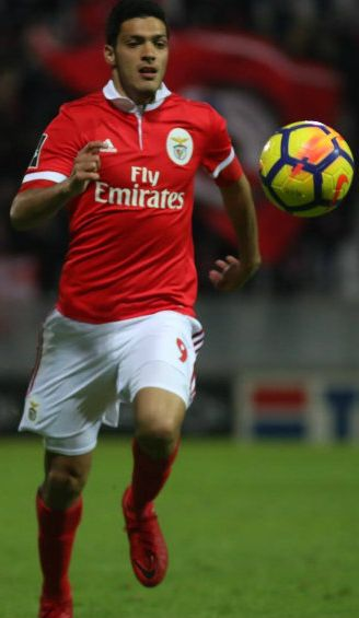 Raúl Jiménez domina el balón durante un juego con Benfica