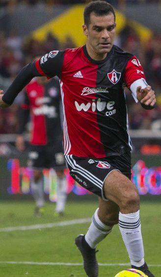 Rafa Márquez controla el balón en la primera fecha del C2018