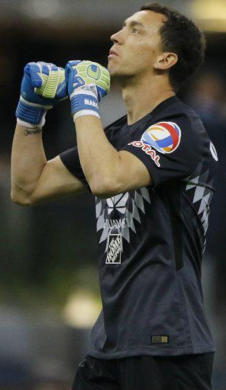 Marchesín festeja un gol del América frente a Pachuca