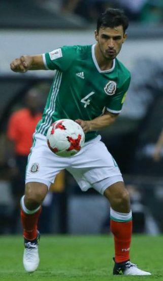 Oswaldo Alanís controla el balón en un juego vs Honduras en el Azteca