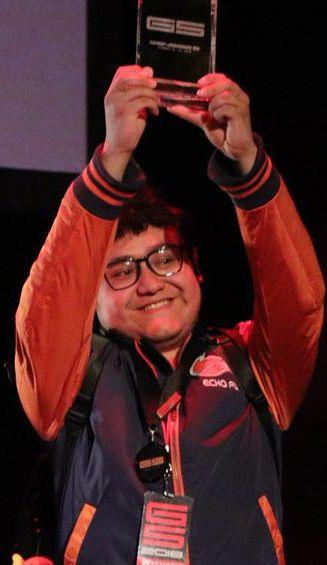 MKLeo, levantando el trofeo de campeón en Genesis 5