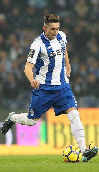 Héctor Herrera conduce el esférico en un jugo con el Porto