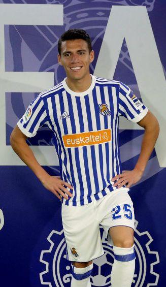 Héctor Moreno posa con los colores de la Real Sociedad
