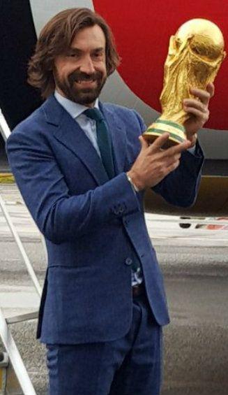 Andrea Pirlo posando con el trofeo de la Copa del Mundo