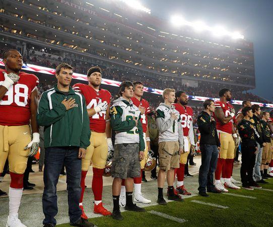 Los jugadores de 49ers posaron de pie durante el himno de EU