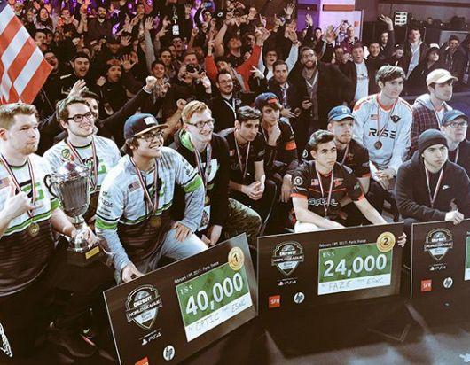 Opting Gaming ostenta su copa y cheque de la CWL, junto a los otros dos ganadores
