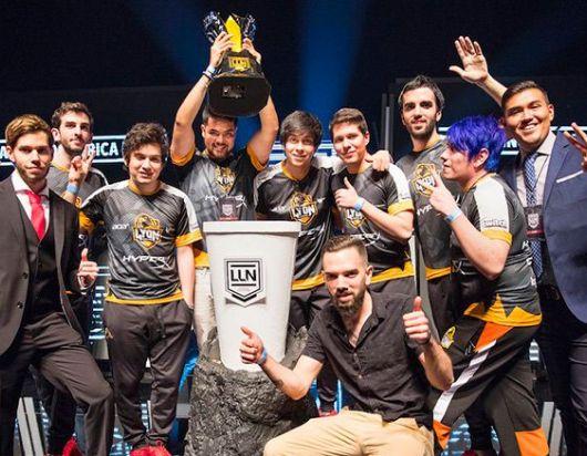 Jugadores y staff de Lyon Gaming presumen la copa de la LLN