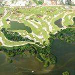 El campo de golf tiene 18 hoyos y paisajismo de vegetación nativa