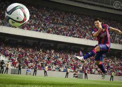 Lionel Messi patea el balón en el videojuego FIFA 16