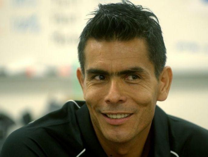 Oswaldo Sánchez mientras es entrevistado por RÉCORD