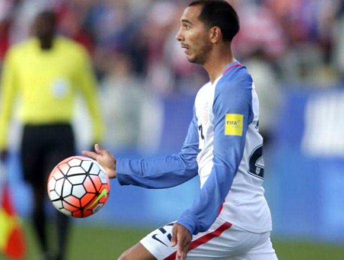 Castillo controla un balón en un partido con su selección
