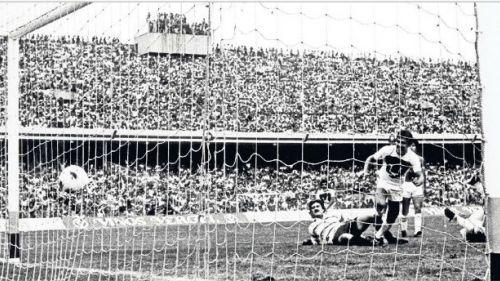 Pumas anotando un gol en la Final 80-81
