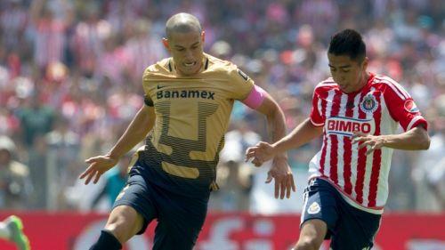 Darío Verón pelea un balón en el partido contra Chivas