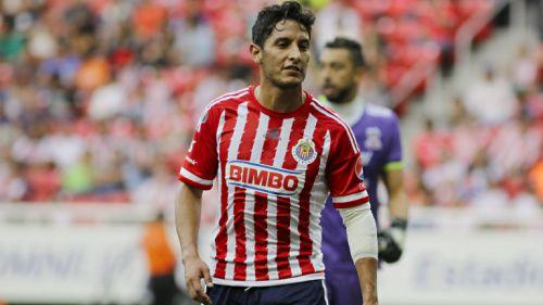 Ángel Reyna en un partido con Chivas