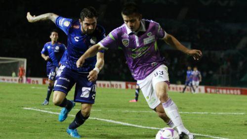 David Andrade conduce el balón en juego contra Puebla