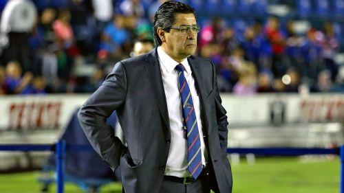 Luis Fernando Tena observando un partido de Liga MX