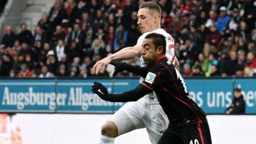 Marco Fabián pelea un balón frente al Augsburgo