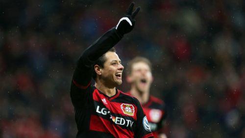Chicharito festeja su gol en la Copa de Alemania