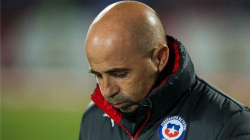 Jorge Sampaoli lamentando una acción con Chile
