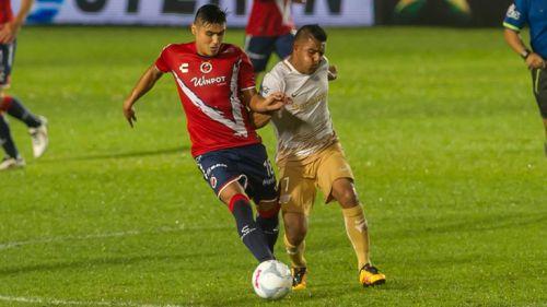 Javier Cortés pelea el balón en juego contra Veracruz