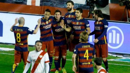 Messi y compañeros festejan un gol