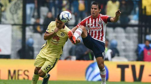 Goltz y Bravo pelean un balón en la última edición del Clásico Nacional