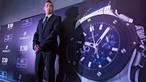 Sambueza posando con el reloj del centenario de América