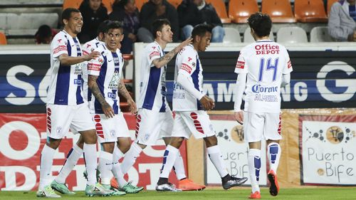 Los jugadores del Pachuca celebran un gol contra Monterrey