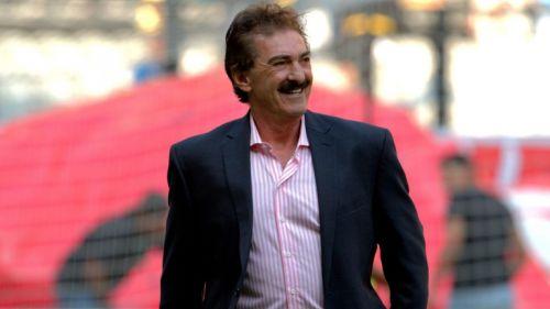 Ricardo La Volpe sonríe previo a un juego de la Liga Mx