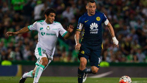 Sambueza conduce el esférico ante la marca de Martín Bravo