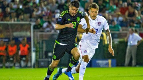 Oribe Peralta en un duelo con la Selección Nacional