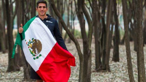 El velocista posa con la bandera de México