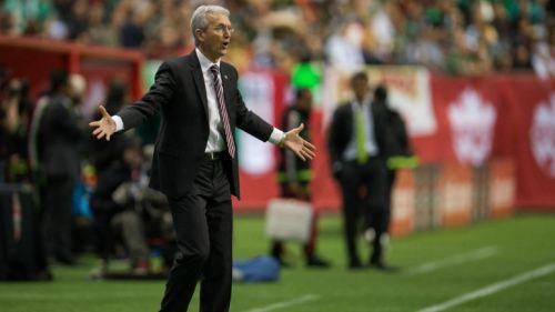 Benito Floro da indicaciones en partido de Canadá contra México