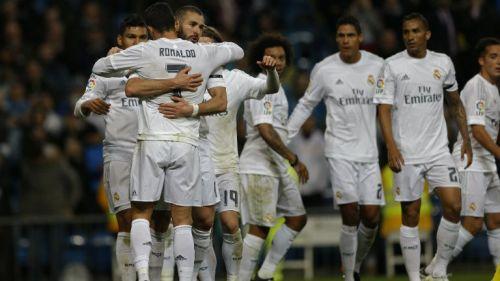 Jugadores del Real Madrid festejan una anotación