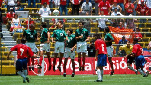 Ejecución de tiro libre en el México-Costa Rica de 2001